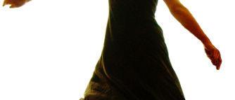 Une femme en robe noire danse